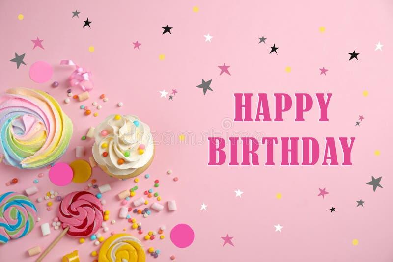 Composição plana com delicioso cupcake e texto Happy Birthday sobre fundo fotos de stock royalty free