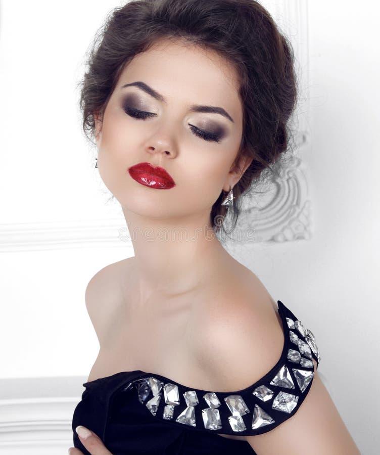 composição Retrato da beleza do levantamento modelo da menina 'sexy' moreno no fá imagens de stock