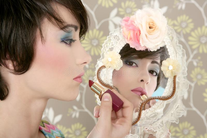 Composição retro do batom do espelho da mulher foleiro imagem de stock