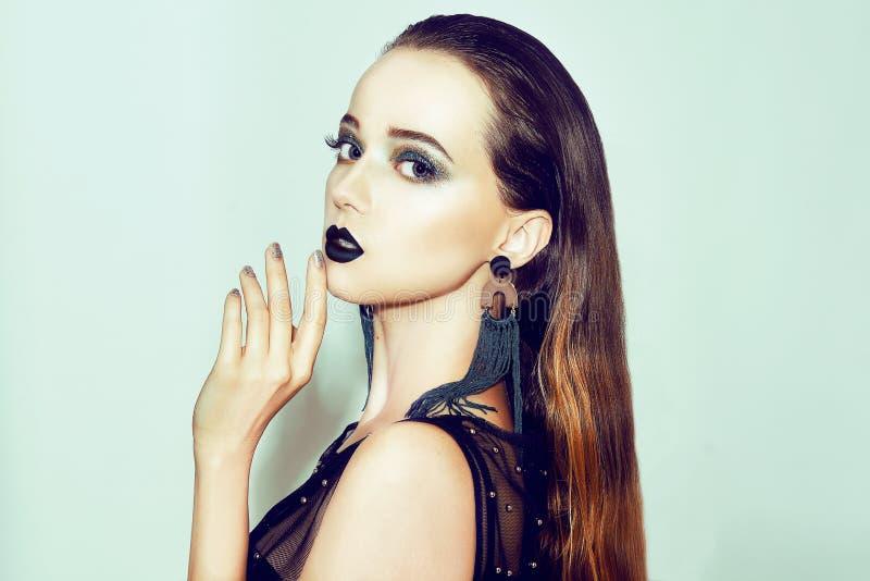 Composição verde Menina bonita com composição isolada no fundo Composição do olho e bordos sensuais Penteado elegante Brunette imagens de stock