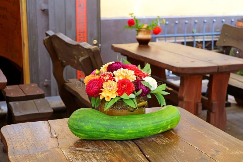 Composições bonitas do outono com polpa e flores no potenciômetro fotos de stock royalty free