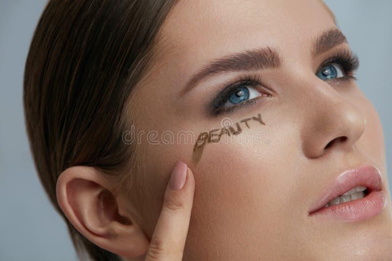 Composi??o da cara da beleza Modelo da mulher com palavra da beleza na pele fotografia de stock royalty free