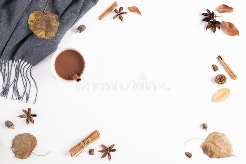 Composi??o do outono Xícara de café, cobertura, folhas de outono no fundo branco Configura??o lisa, espa?o da c?pia da vista supe foto de stock