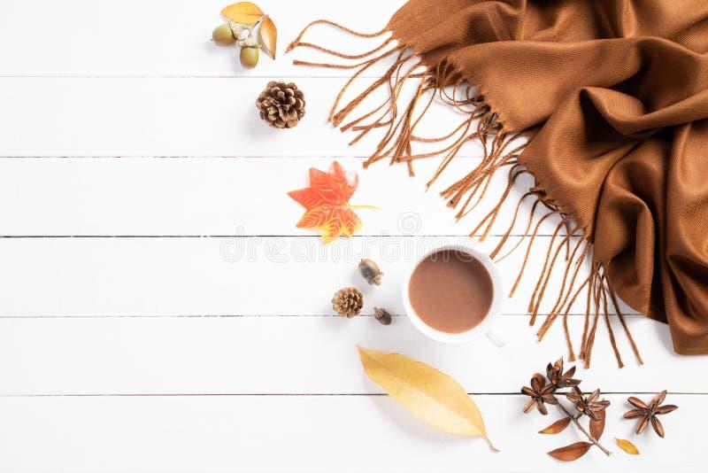 Composi??o do outono Xícara de café, cobertura, folhas de outono no fundo de madeira branco Configura??o lisa, espa?o da c?pia da foto de stock