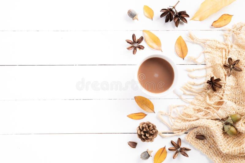 Composi??o do outono Xícara de café, cobertura, folhas de outono no fundo de madeira branco Configura??o lisa, espa?o da c?pia da fotos de stock royalty free