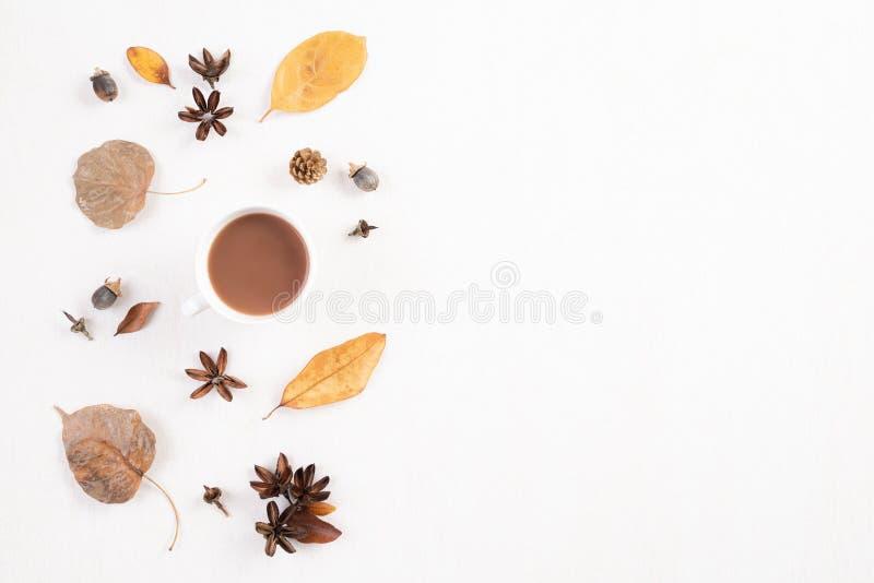 Composi??o do outono Xícara de café, folhas de outono no fundo de madeira branco Configura??o lisa, espa?o da c?pia da vista supe imagem de stock royalty free