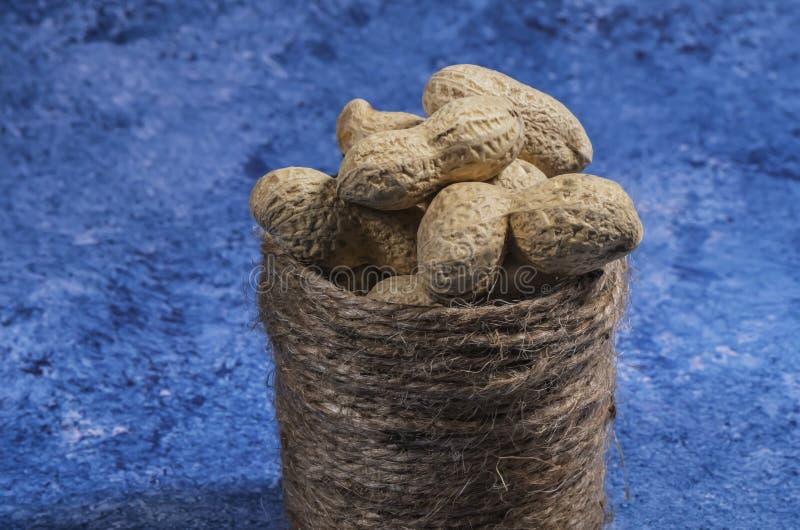 Composi??o dos amendoins que servem para fazer o ?leo, manteiga de amendoim Grande para a nutri??o saud?vel e diet?tica Conceito  imagens de stock