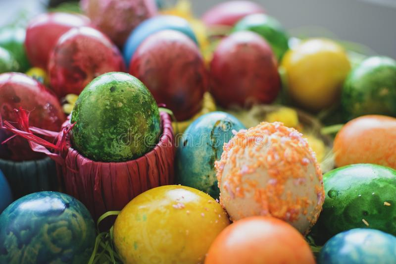Composi peint et décoré d'oeufs de pâques, coloré et abstrait photos stock