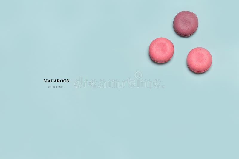 Composición abstracta de los macarrones en fondo aislado azul foto de archivo libre de regalías
