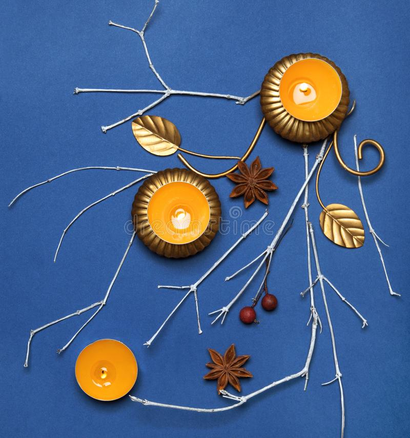 Composición abstracta hecha de velas fotos de archivo
