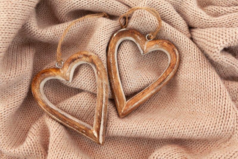 Composición acogedora del invierno del otoño Disposición de corazones de madera imagen de archivo libre de regalías