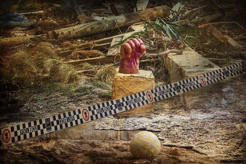 Composición artística de un puño en una roca después de una tormenta devastadora y de inundaciones fotos de archivo