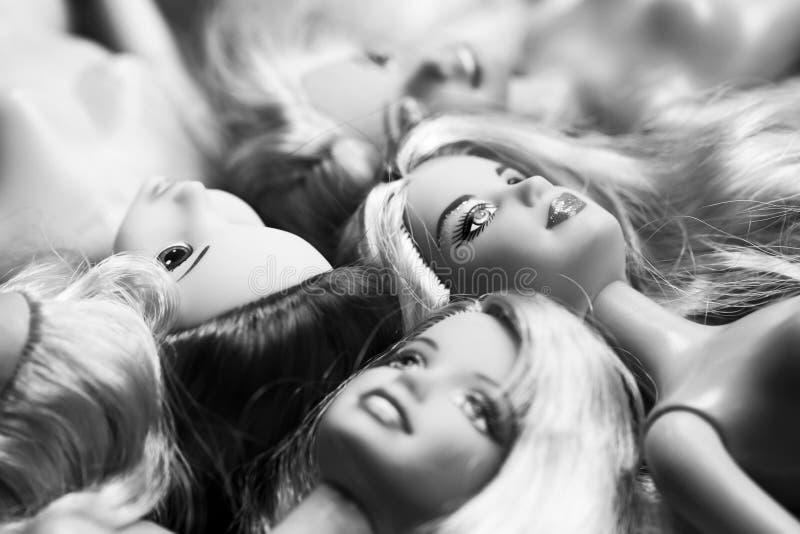 Composición blanco y negro con las muñecas de Barbie fotografía de archivo