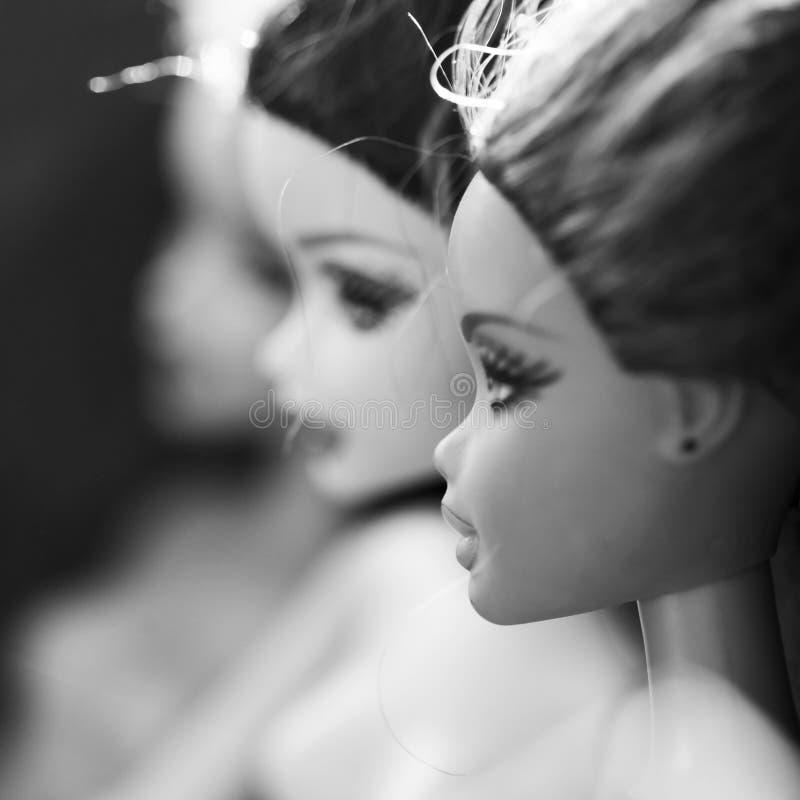 Composición blanco y negro con las muñecas de Barbie imagen de archivo