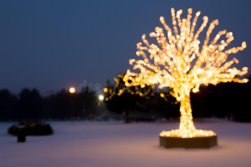 Composición borrosa El oro enciende el árbol de navidad foto de archivo