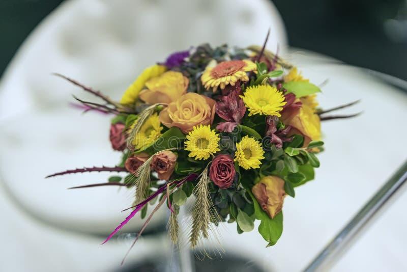 Composición brillante del otoño de la flor Ramo de hojas de otoño, rosas, asteres, oídos en sombras de la caída foto de archivo