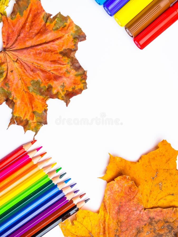 Composición colorida blanca de la maqueta de los lápices, de los marcadores y de otoño de las hojas de la página en blanco de nue foto de archivo libre de regalías