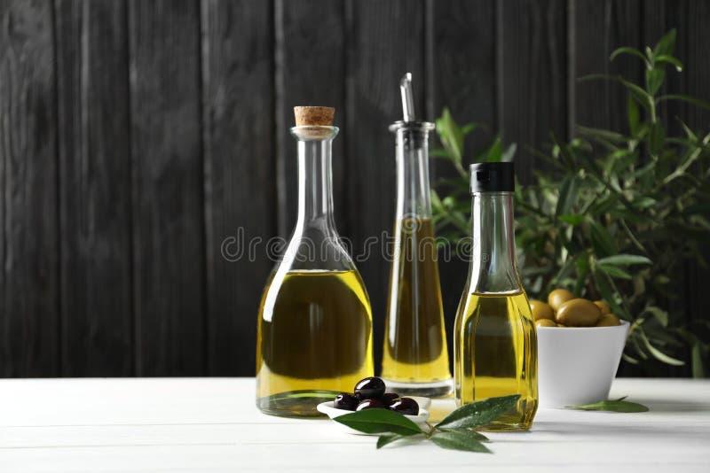Composición con aceite de oliva fresco fotos de archivo