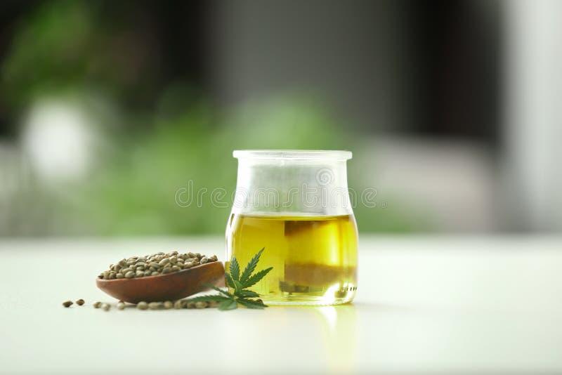 Composición con aceite y semillas de cáñamo fotos de archivo libres de regalías