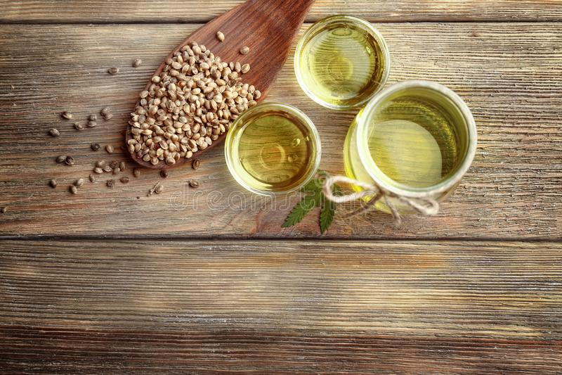 Composición con aceite y semillas de cáñamo fotografía de archivo
