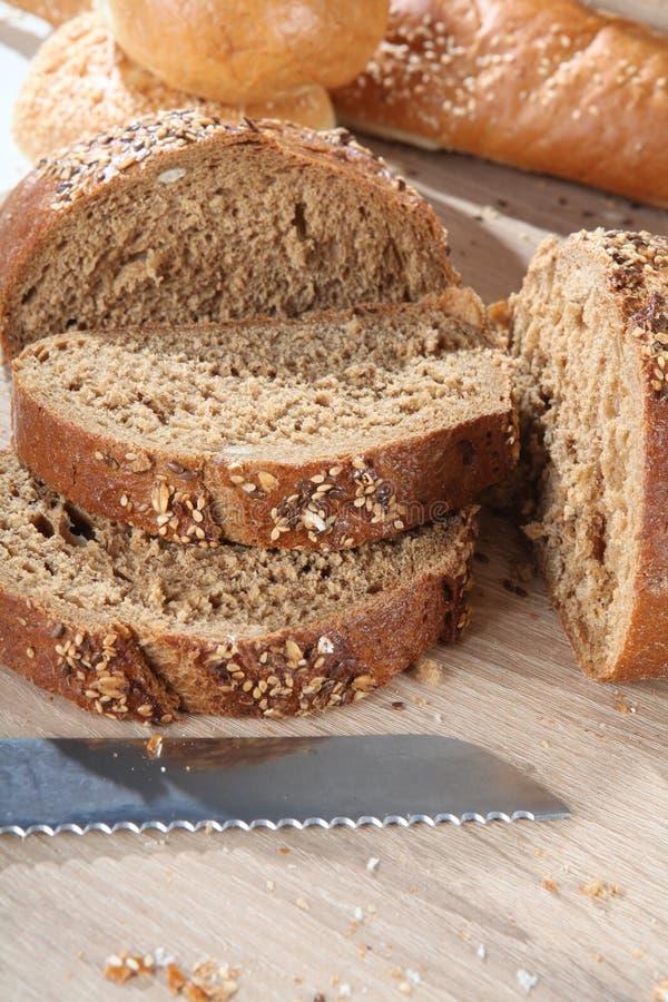 Composición con cierre cortado del pan marrón para arriba foto de archivo