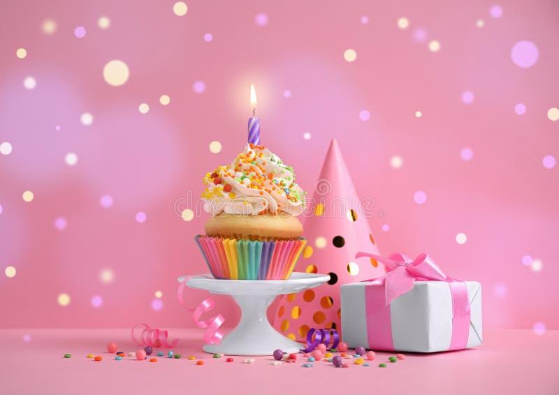Composición con cupcake de cumpleaños en segundo plano Efecto Bokeh foto de archivo libre de regalías