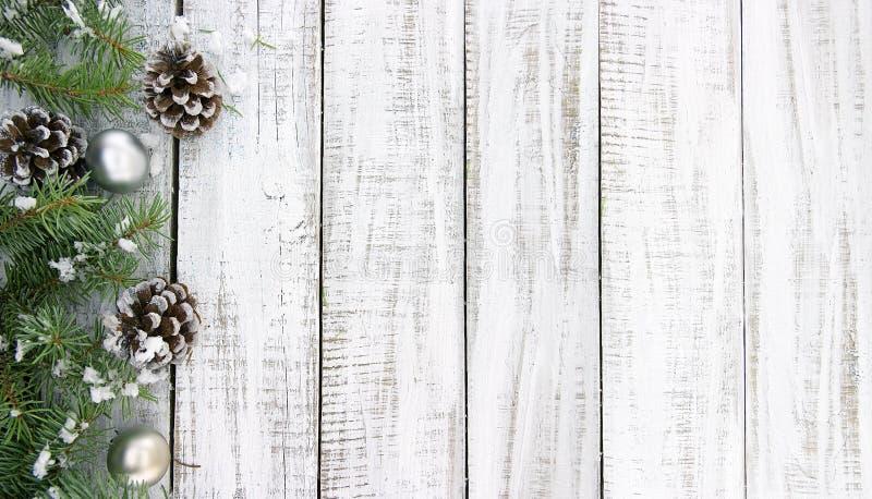Composición con el árbol de navidad adornado en de madera rústico blanco imágenes de archivo libres de regalías