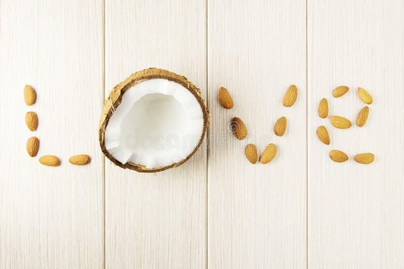 Composición con el coco y las almendras en la madera fotos de archivo