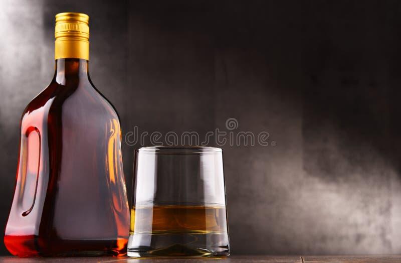 Composición con el vidrio y la botella de licor duro imagen de archivo libre de regalías