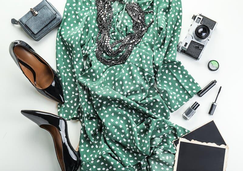 Composición con la cámara retra y artículos femeninos en el fondo blanco imágenes de archivo libres de regalías