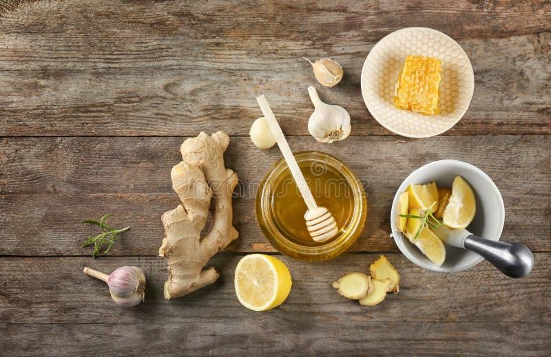 Composición con la miel y el ajo como medicinas anticatarrales naturales foto de archivo