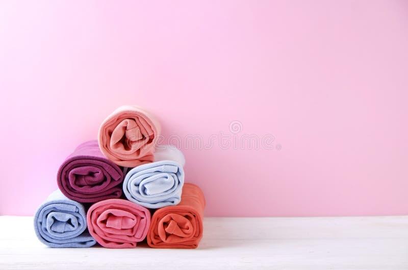 Composición con la ropa doblada, unisex para el hombre y mujer, diverso color y material Pila de lavadero, ropa limpia seca imagenes de archivo