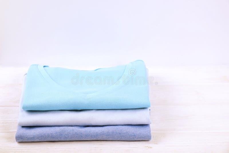 Composición con la ropa doblada, unisex para el hombre y mujer, diverso color y material Pila de lavadero, ropa limpia seca fotos de archivo libres de regalías