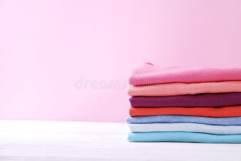 Composición con la ropa doblada, unisex para el hombre y mujer, diverso color y material Pila de lavadero, ropa limpia seca fotografía de archivo