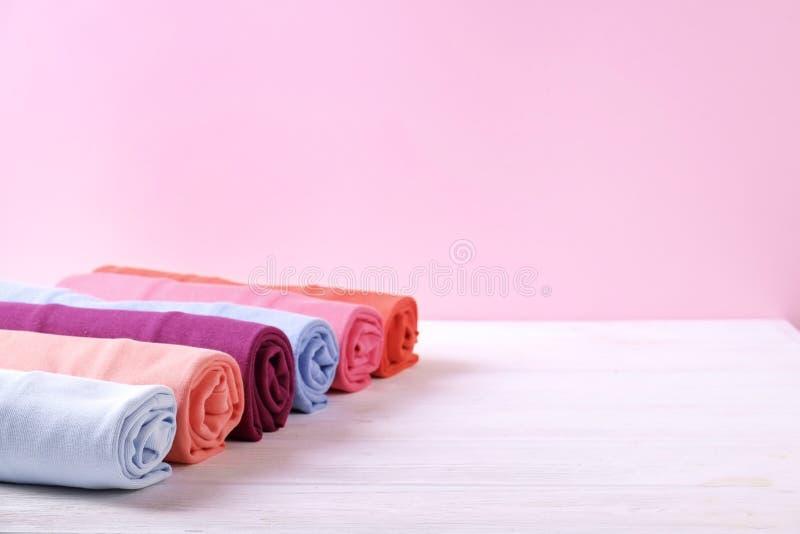 Composición con la ropa doblada, unisex para el hombre y mujer, diverso color y material Pila de lavadero, ropa limpia seca foto de archivo libre de regalías