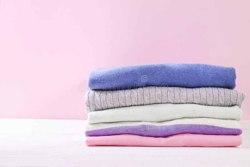 Composición con la ropa doblada, unisex para el hombre y mujer, diverso color y material Pila de lavadero, ropa limpia seca imagen de archivo libre de regalías