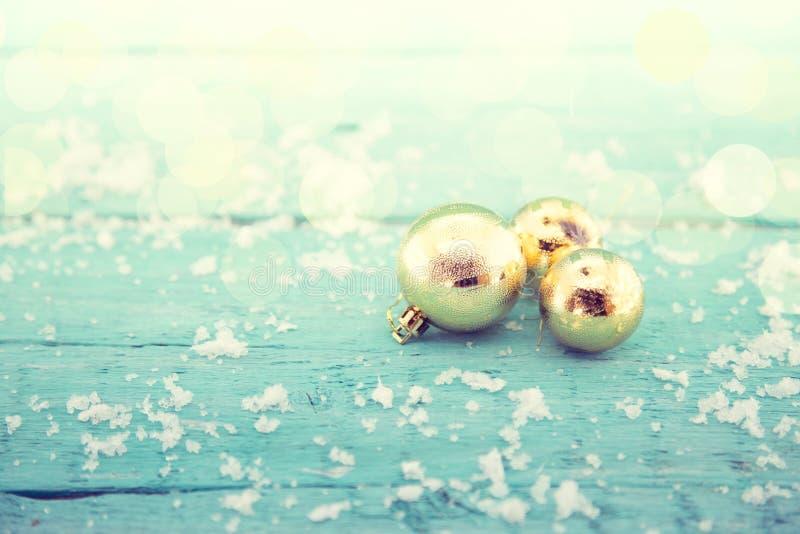 Composición con las bolas de oro de la Navidad en la madera rústica de la turquesa fotos de archivo