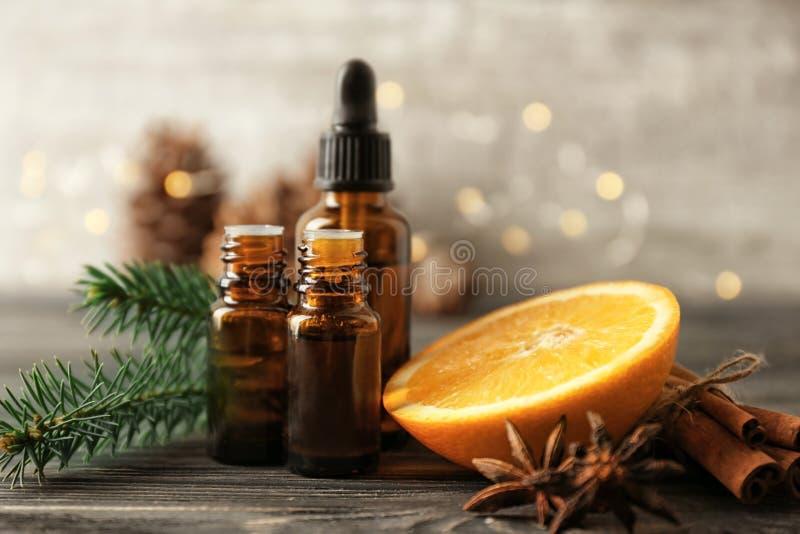 Composición con las botellas de aceites esenciales y de naranja cortada en la tabla Cosm?ticos naturales fotografía de archivo libre de regalías