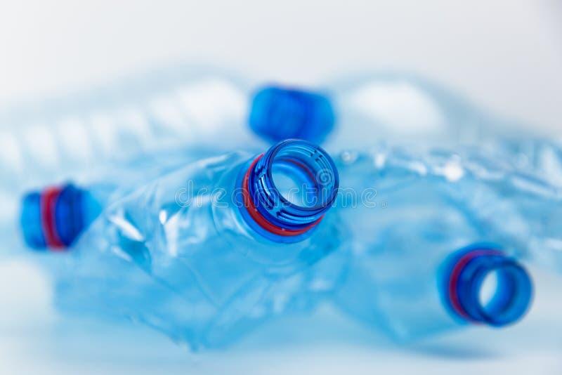 Composición con las botellas plásticas de agua mineral Basura del plástico Las botellas plásticas reciclan concepto del fondo imágenes de archivo libres de regalías