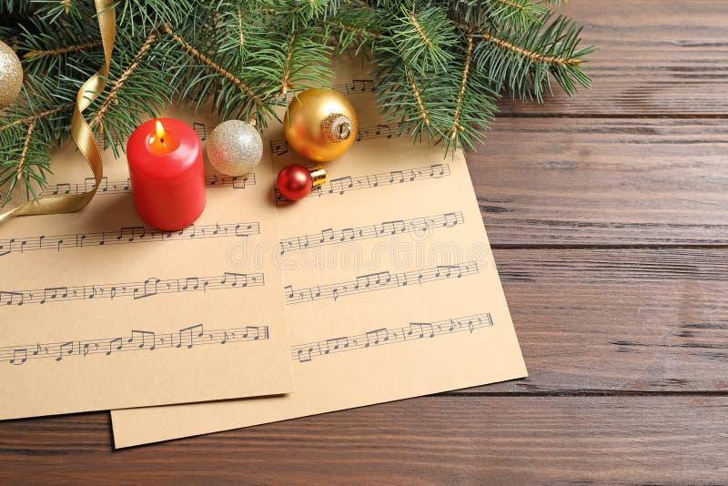 Composición con las decoraciones de la Navidad y las hojas de música fotografía de archivo libre de regalías