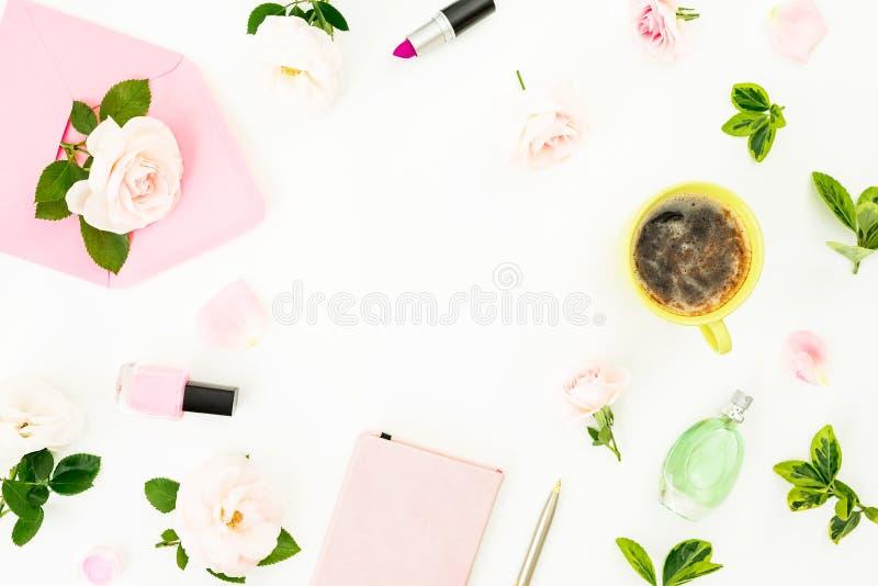 Composición con las flores, el sobre rosado, la taza de café, los cosméticos y el aroma en el fondo blanco Endecha plana, visión  stock de ilustración