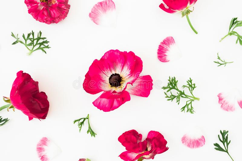 Composición con las flores, las galletas y la taza de los tulipanes de café en fondo amarillo Endecha plana, visión superior stock de ilustración