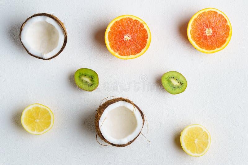 Composición con las frutas tropicales, vacaciones del verano imágenes de archivo libres de regalías