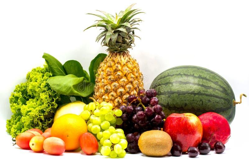 Composición con las frutas y verduras aisladas en el fondo blanco imagenes de archivo