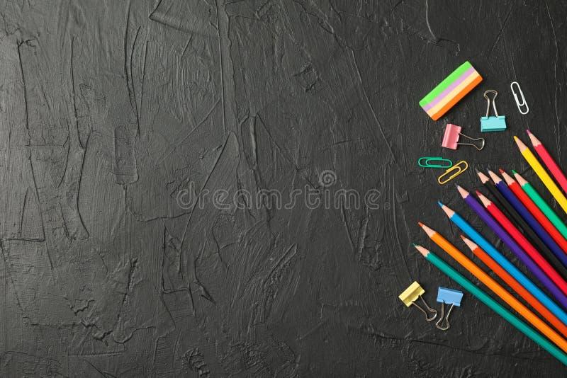 Composición con las fuentes de escuela en fondo negro foto de archivo
