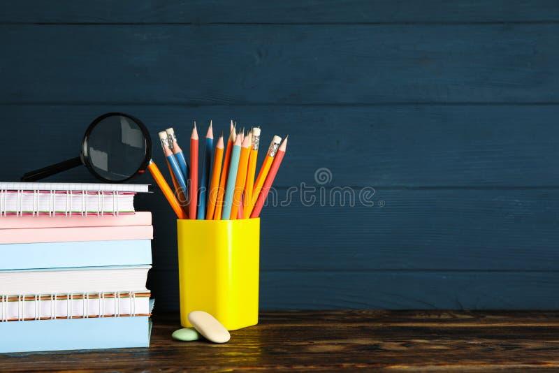 Composición con las fuentes de escuela en la tabla de madera fotos de archivo libres de regalías