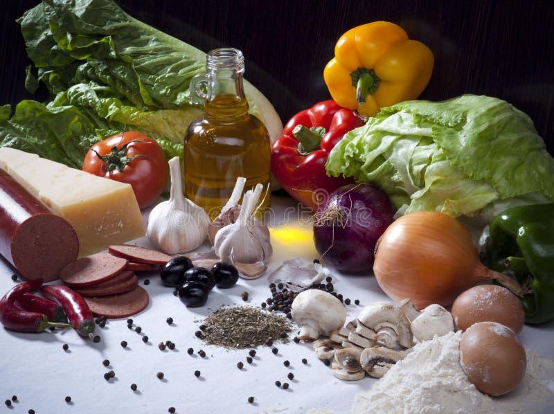 Composición con las verduras, aceituna O de la vida todavía de los ingredientes alimentarios fotografía de archivo libre de regalías