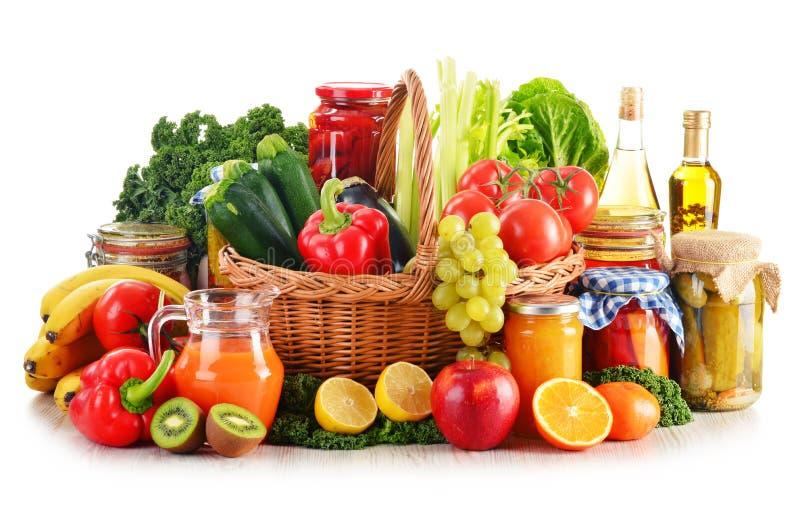 Composición con las verduras y las frutas orgánicas de la variedad en mimbre imagen de archivo libre de regalías