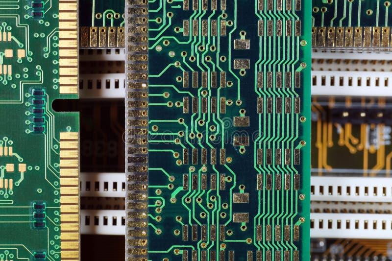 Composición con los componentes electrónicos Placa madre del ordenador y módulos de la memoria ram de  foto de archivo