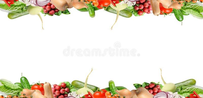 Composición con los diversos tipos de verduras en la parte superior y más inferior del bastidor Aislado en blanco Lugar para el t foto de archivo